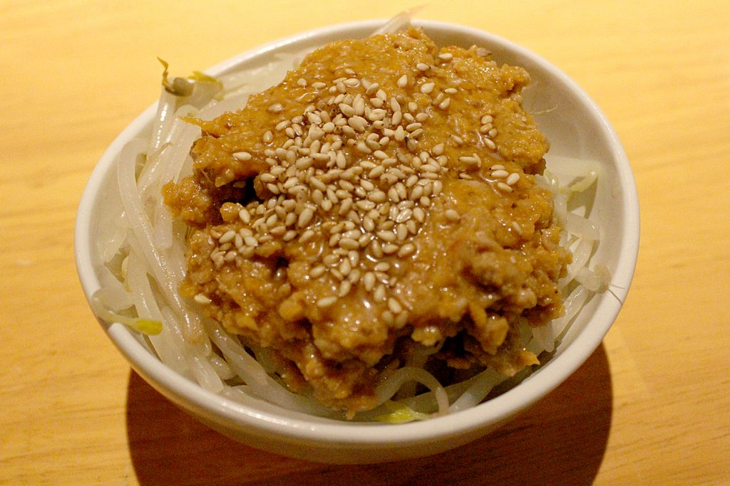 Boiled bean sprouts with miso-flavored minced pork.